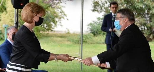 Majestatea Sa Margareta acorda diploma reprezentantului MTR